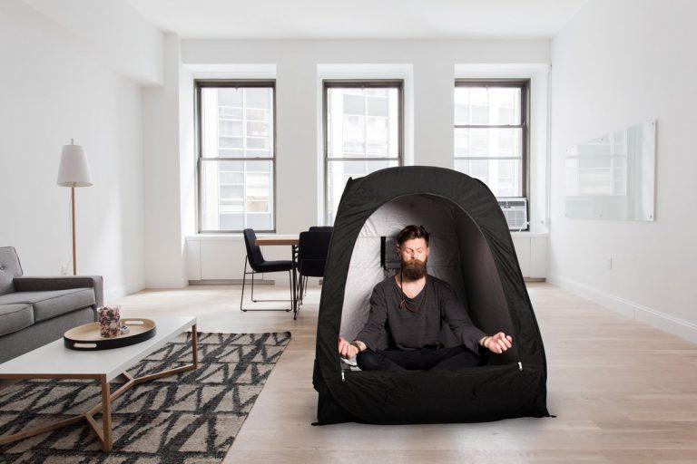 壓力大想隱居?專為大人設計「隔絕99光源隨身帳棚」讓你可以遠離可惡的人類社會!內部設計超棒!