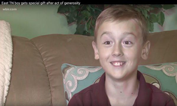 9歲男孩怕川普「沒錢付水電費」捐給他3美元,獲得的「回禮」讓他好喜翻!