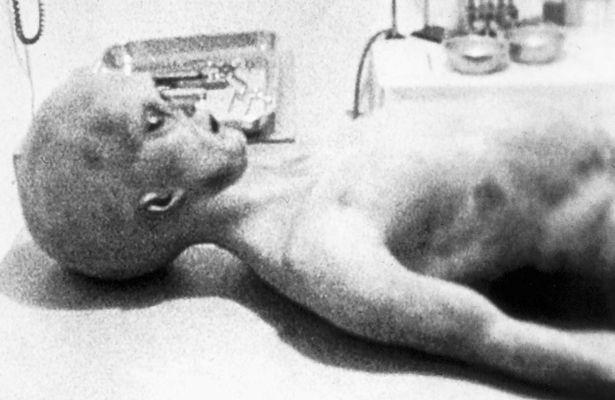 1947年UFO墜機事件「擔架把外星人遺體移走」影片流出!