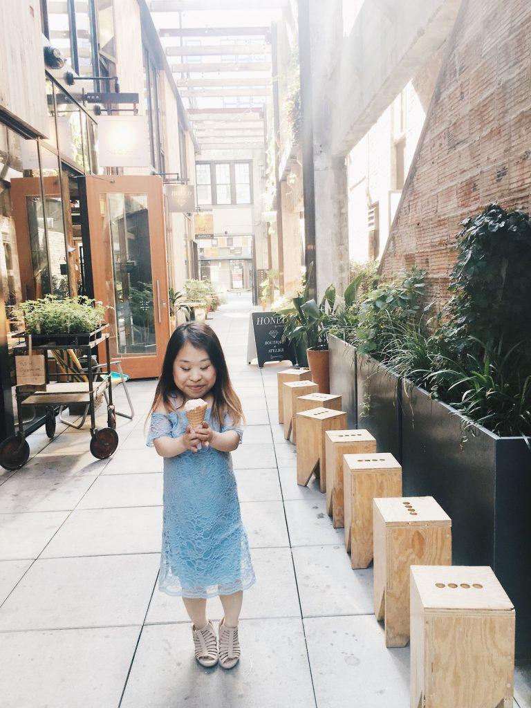 中國餐廳一群男人嘲笑她!「112cm迷你部落客」太矮買不到衣服穿,自己當設計師改變全世界!