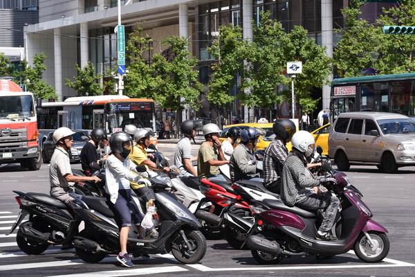 百名騎士「無限待轉」30分鐘抗議「廢除兩段式左轉」:真的那麼安全4輪以上也一起待轉!