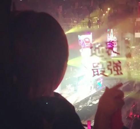 2歲小周周現身「地表最強演唱會」萌挺老爸,聽《陽光宅男》小手揮螢光棒熱舞!(影片)