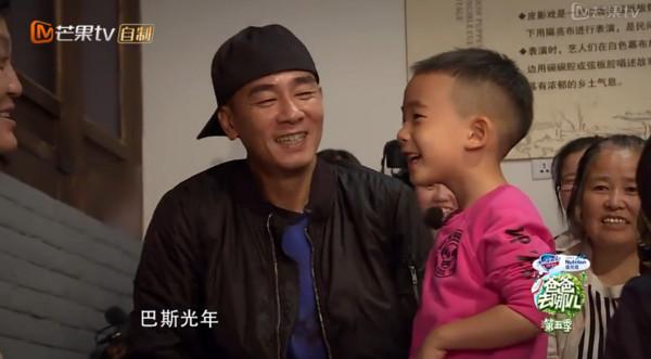 小小春中文名「陳胤捷」被網友大破解,每次喊名字都幫「爸媽狂放閃」!