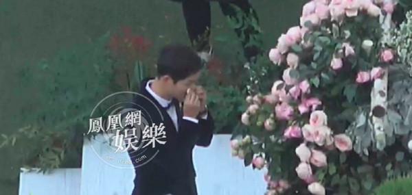 宋宋婚禮閃到爆炸!宋仲基「朗誦愛的誓言」大噴淚,貼心幫宋慧喬「搓手手取暖」甜翻~