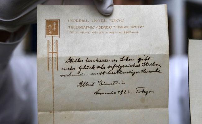 幸好沒丟!他95年前得到愛因斯坦給的「小費」,95年後靠它翻身成千萬富翁!