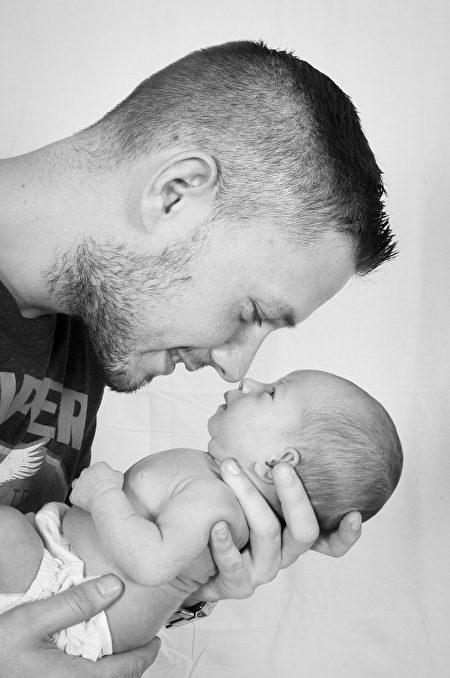 媽媽偷錄爸爸趁寶貝女兒睡覺「狂親臉頰」,「親前親後差異」萌到網友的心臟差點炸裂!