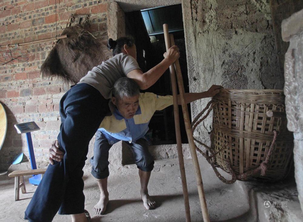 失明丈夫30年每天用竹簍背行動不便的妻子獲「最美家庭」獎牌,憨後笑說:以後背不動,就牽著她走...