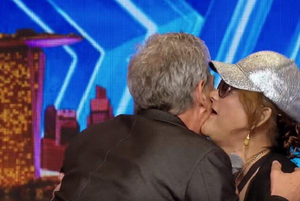 菲律賓68歲老婦人在達人秀「大放嘻哈魂」超強RAP,讓評審忍不住衝上台奪吻!