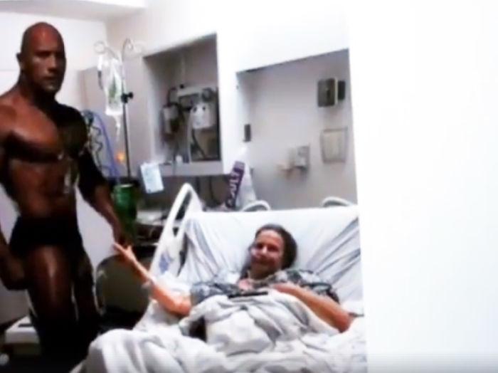 癌末76歲奶奶帶著「巨石強森人形紙板」在病床旁許下最後願望,本尊發現大叫:「妳超性感!」