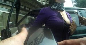 熟女偷土地公廟被逮不認,當場扯下衣服「露奶」給員警看:要看奶嗎?一翻開嚇傻員警!