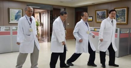洗腦神曲抖肩舞紅到醫院!高雄榮總全體一起跳,院長室「超不自然擺動」讓網友噴笑狂讚!