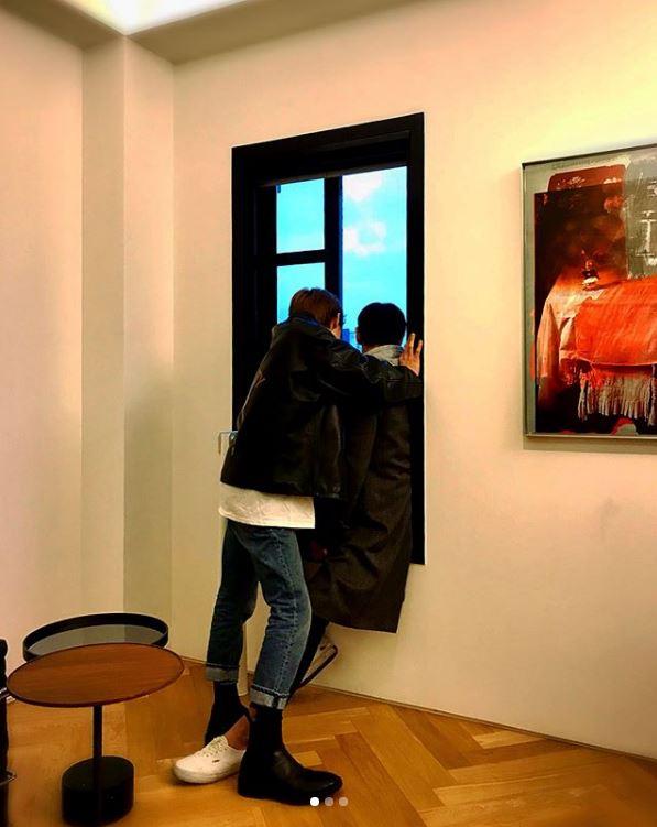 GD霸氣窗咚「神秘長腿男」照片曝光!粉絲看髮型背影認出是「他」含淚推爆!