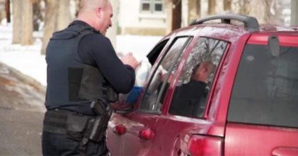 美國駕駛違規被攔,警察走到窗口拿出「死雞」暖到爆!(影片)