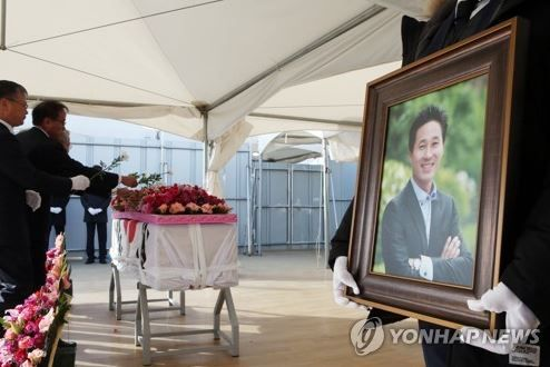 南韩世越号沉船事件「英勇教师」遗体寻获,舍身救学生的老师可以安息了… -1133295-XXL