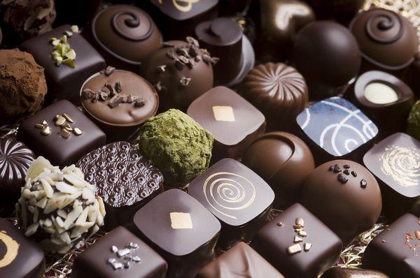 小兄妹拿「冥幣」買巧克力!老闆二話不說收下「報警」粉絲感動朝聖塞爆!