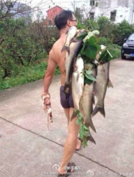 洩洪沖出「一人高巨型魚」村民開心殺死捕捉,當晚山崩見「魚精顯靈」網驚:萬物皆有靈