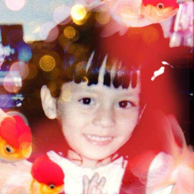 謝和弦超辣混血老婆釋出「小時候嫩照」,扣嫂看著自己洋娃娃臉笑:「我長相在5歲就定型了!」