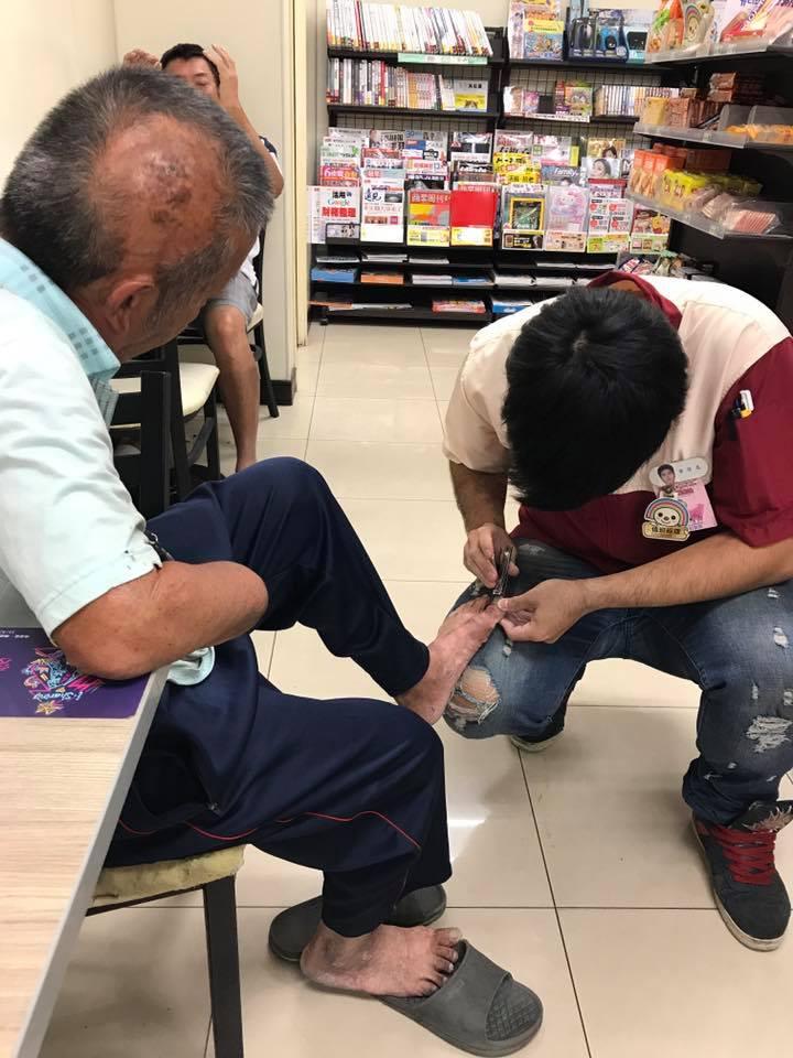 有愛心最帥!小7店員溫柔蹲地幫斷手老人「剪腳指甲」,路人大讚「超佛心」網友:缺女友嗎?