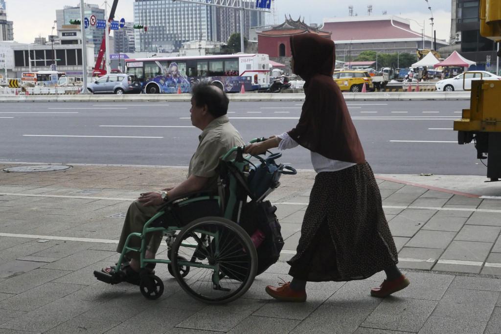 老爺爺「想摸奶奶」,正妹女看護一句「可以摸,但要用...」激起阿公生存鬥志!(影片)