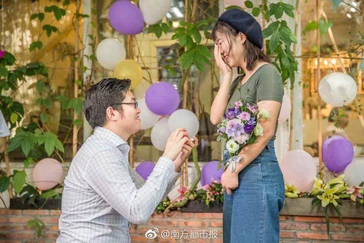 工程師砸近百萬排「iPhone X愛心」跟女友浪漫求婚,在場閨蜜一人一支!