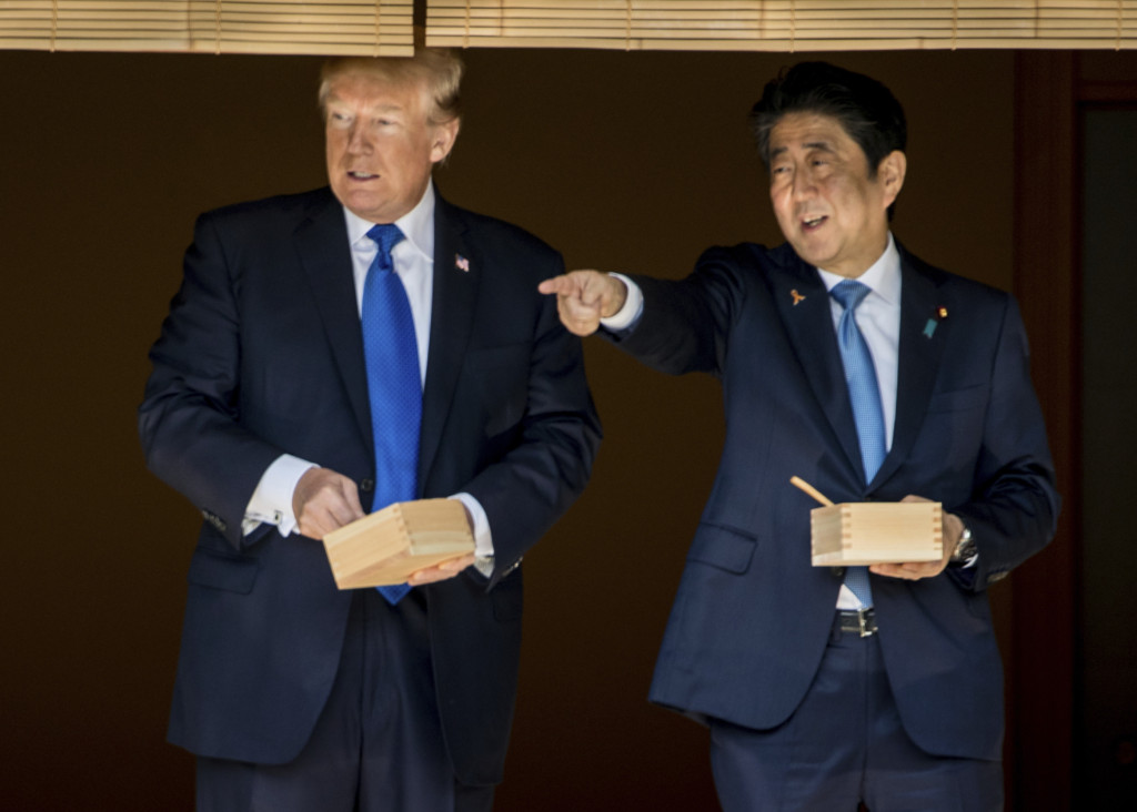 你又被媒體騙慘!川普沒耐性整碗飼料倒下去慘被日本網軍狠罵,但上一秒透露真相 (影片)