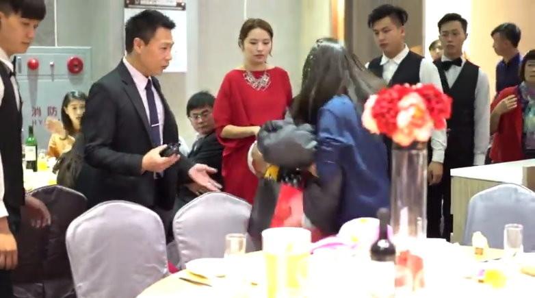 疑白吃1桌1萬5婚宴!女爆走拍桌潑橙汁「叫新郎出來」,網友:是前女友鬧場嗎?遭起底是「時代力量」黨員!(影片)