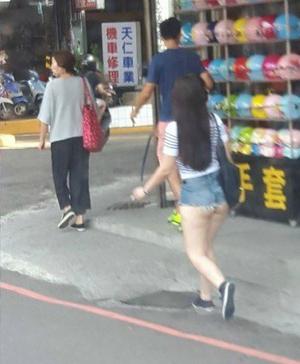是整顆的!熱褲辣妹走路...微笑線「搖晃」差點彈跳出來,網友:節儉是台灣人的美德!