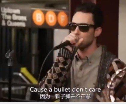 《魔力紅》在紐約地鐵站獻唱Sugar!鬍子+假髮脫掉秒「雞皮疙瘩掉滿地」粉絲嗨爆!