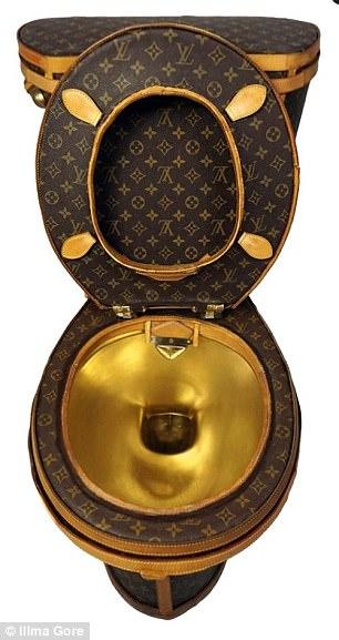 艺术家用24个LV包包打造「镀金LV马桶」,定价300万「能上也能冲水」当初川普性器官缩小作品也造成轰动 -464B2A5300000578-5076415-A_royal_flush_the_luxury_loo_comes_with_a_gold_plated_bowl_and_i-a-66_1510556131150