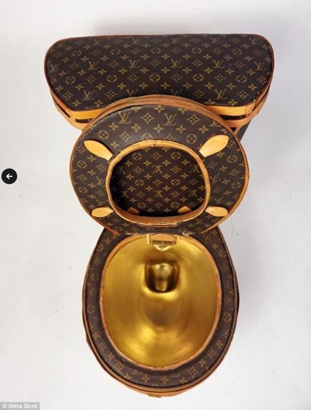艺术家用24个LV包包打造「镀金LV马桶」,定价300万「能上也能冲水」当初川普性器官缩小作品也造成轰动 -464B2A5B00000578-5076415-image-m-7_1510555864222