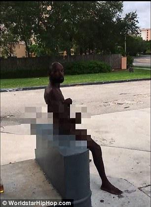 男子全裸到加油站「打手枪」,大方让路人拍下一点也不害羞!后面路人嘴巴变O -464EB42900000578-0-image-a-11_1510589931299