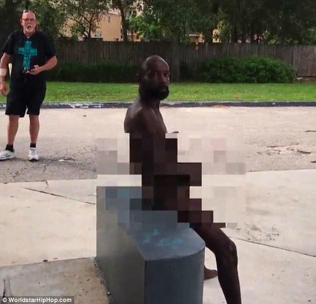 男子全裸到加油站「打手枪」,大方让路人拍下一点也不害羞!后面路人嘴巴变O -464EB46200000578-0-image-m-18_1510589975576