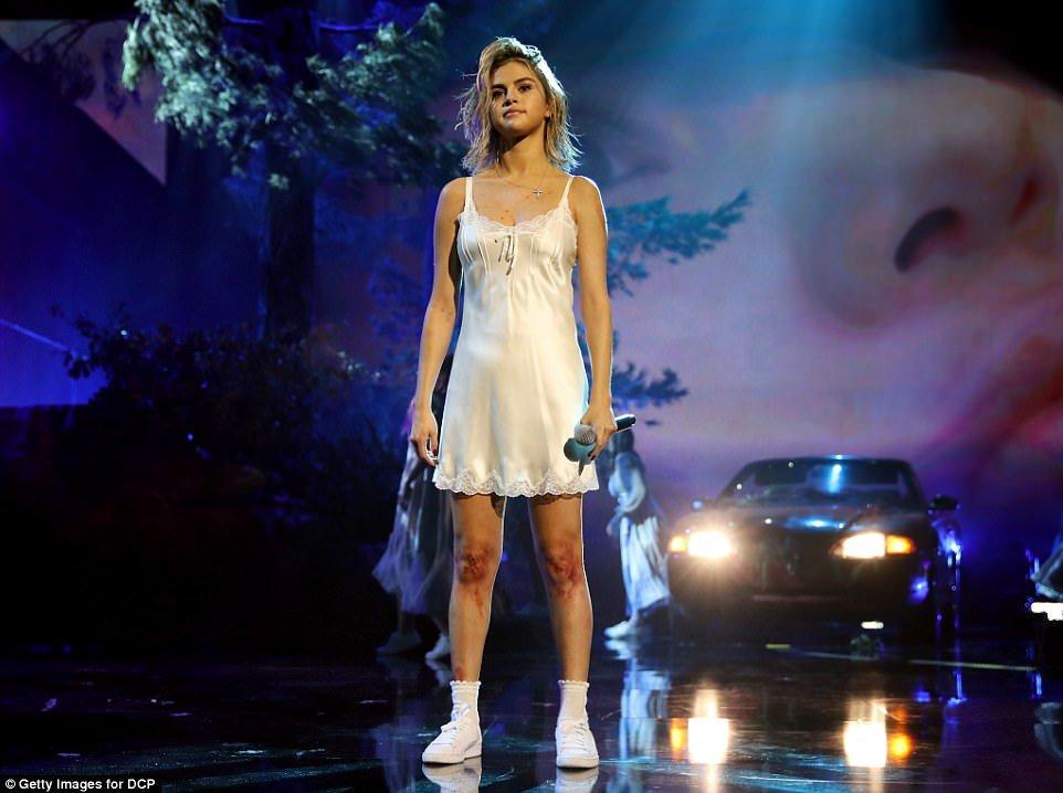席琳娜「腎臟移植後」首次回歸舞台,表演前「恐慌症發作」全身血勇敢克服走光都不在乎!