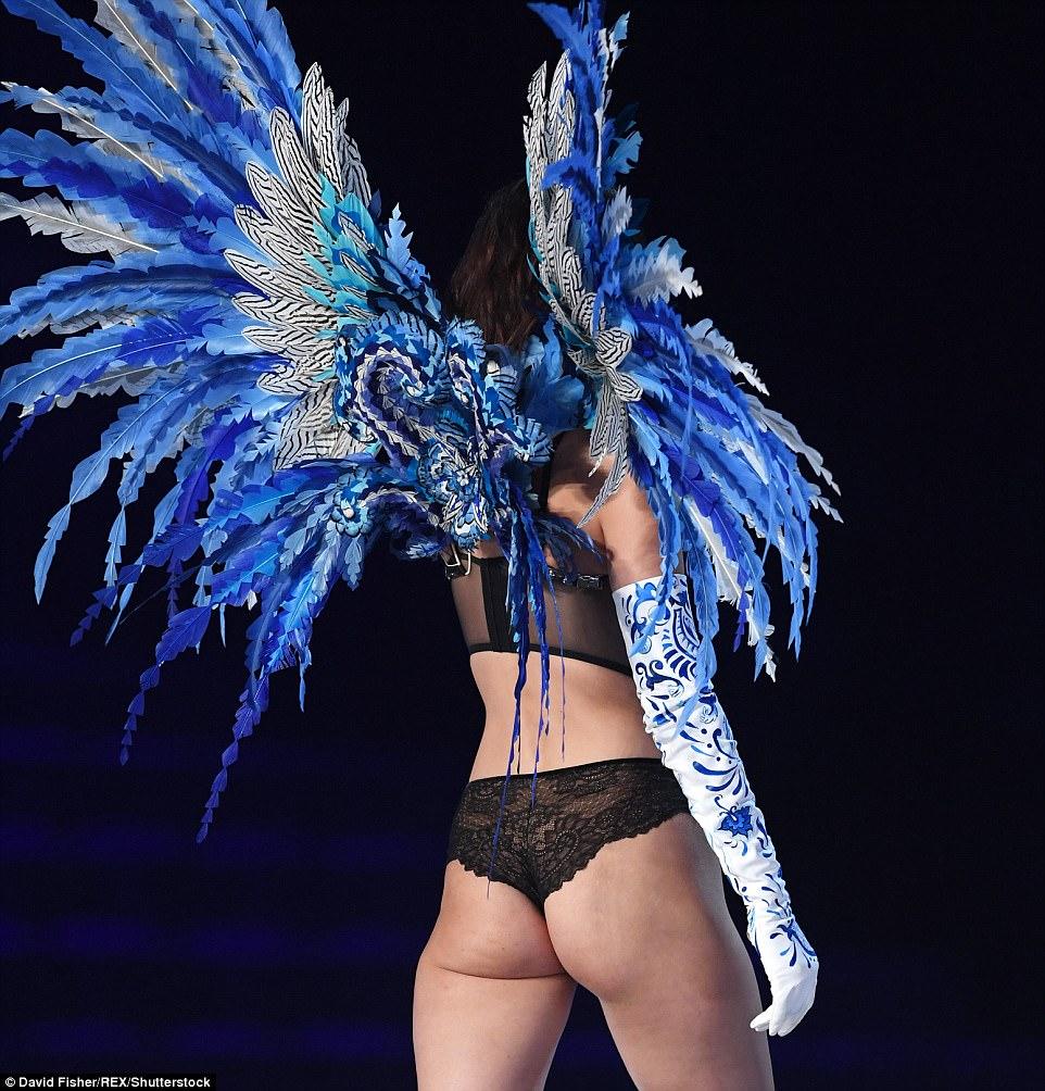 超模貝拉哈蒂德「上海維秘秀」大展性感身材,興奮熱舞「兩點罩不住」崩出來說Hello