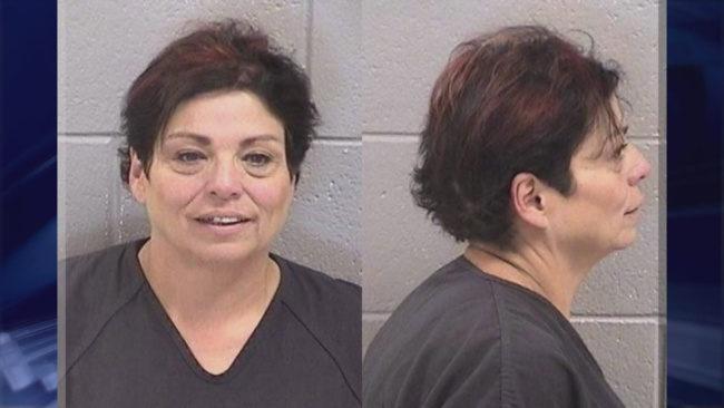 媽媽帶11歲病兒看醫師稱「他自己不小心跌倒」,男孩用唇語說「2字」...警方秒逮捕媽媽!