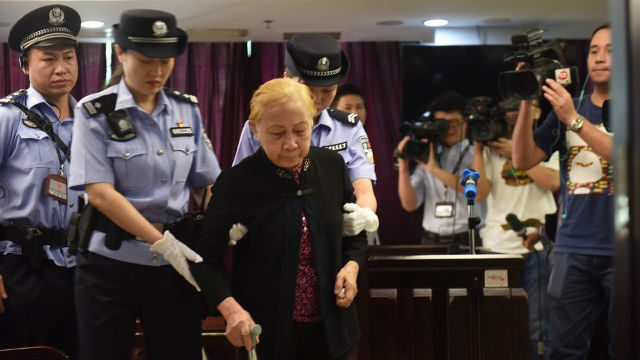 83歲媽媽「哭著勒死」46歲兒,她:寧願自己犯罪...網友:不能怪她啊...