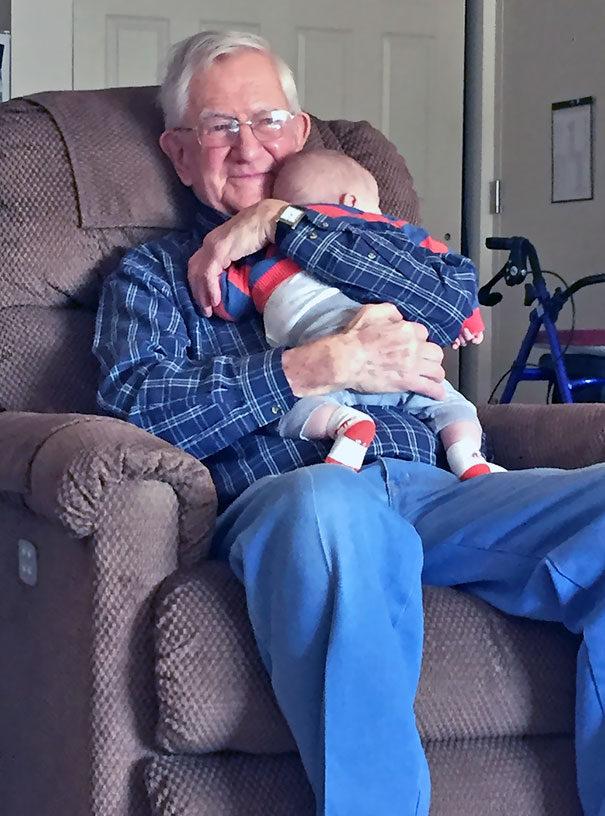 20張會讓你淚水失控「阿公阿嬤跟新生兒孫子首次見面」超感動照片