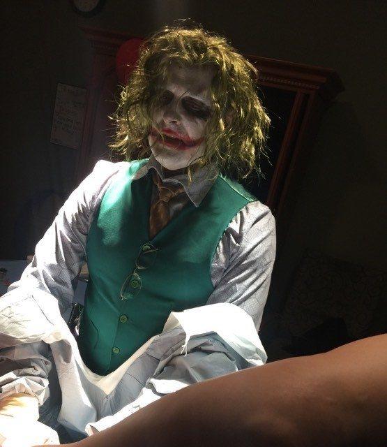 孕婦在萬聖節當天準備產娃,一進產房看到「小丑」!老公:他真的很會!