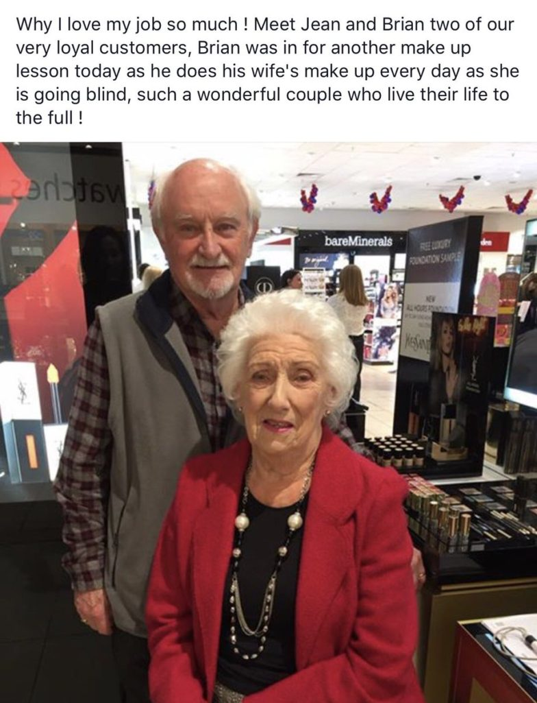 老太太失明擔心無法再美美的,老先生特地跑去上化妝課「讓愛妻每天依然動人」!
