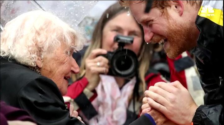 她不覺得哈利王子會記得她,但哈利王子看到她「用表情說出了一切」...(影片)