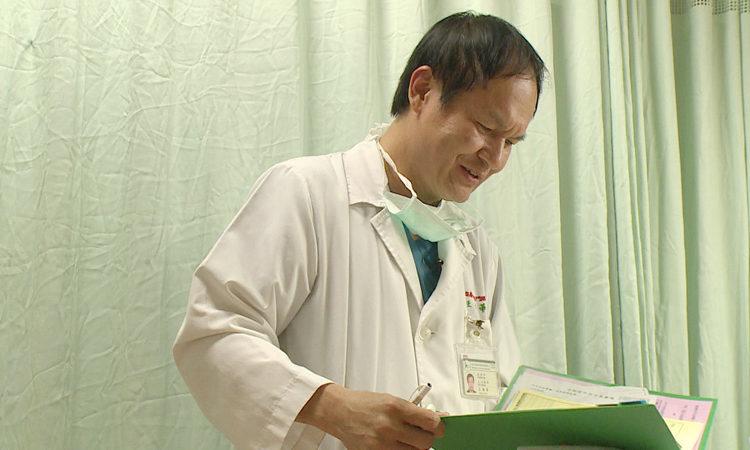 「史上最老新生」35歲才考上台大醫學系!他「自願放棄終身俸」改學醫救人:只要有心永遠不嫌晚!