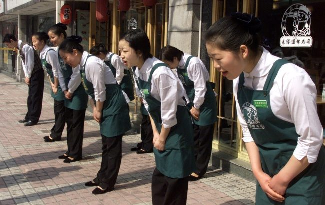 11個讓所有外國人白眼翻到頭頂的「日本人超龜毛禮儀」!坐下的時候千萬不能露腿!