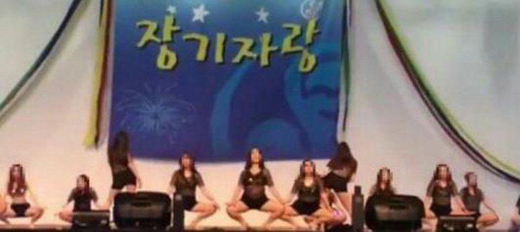 韩国潜规则全球最可怕!韩国护士被迫穿超短热裤和紧身小可爱,M字腿大开跳「性暗示」给高官看! -5a0bfc655bbf9