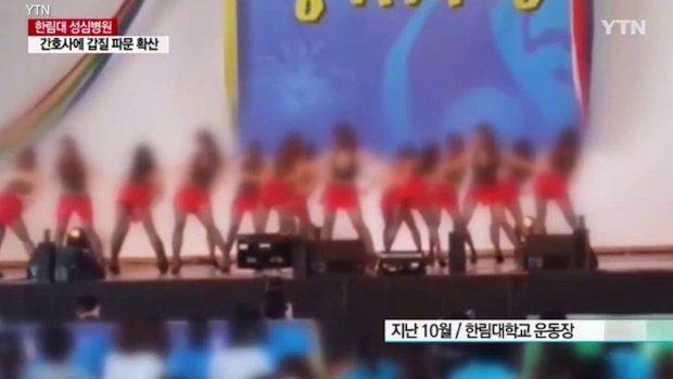 韩国潜规则全球最可怕!韩国护士被迫穿超短热裤和紧身小可爱,M字腿大开跳「性暗示」给高官看! -5a0bfc66edd12