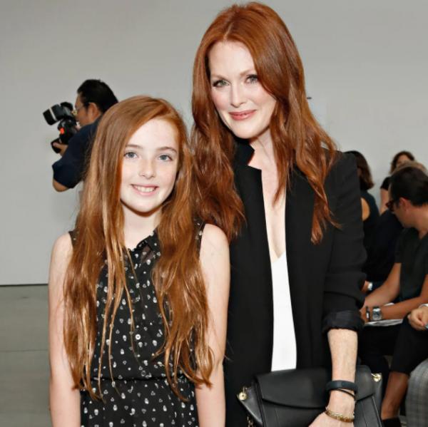 茱莉安摩爾15歲女兒亮相!正妹星二代根本「年輕版的她」,一雙白嫩美腿比媽媽還搶鏡!
