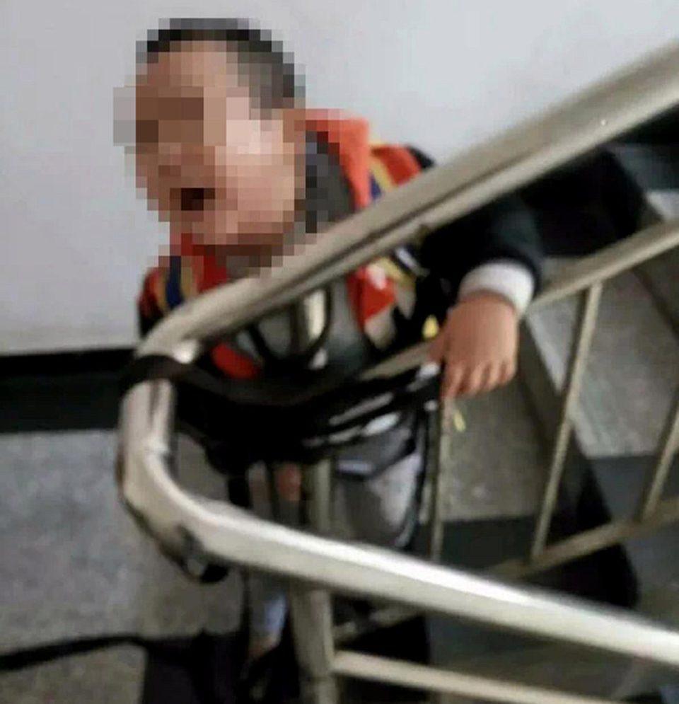 4歲男孩被冷血母捆在樓梯上「崩潰哭喊+失禁大便」,她為了1000元「拍照傳給前夫」!