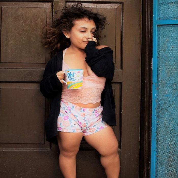 迷你袖珍超模!21歲侏儒女孩身高只有100公分,不肯放棄夢想「打破時尚界框架」爆紅廠商搶著要!
