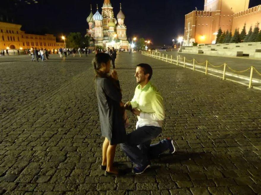 遠距情侶住美國、菲律賓相隔12875公里遠 3年來「約在兩人中間國家相見」拍下深吻紀念照!