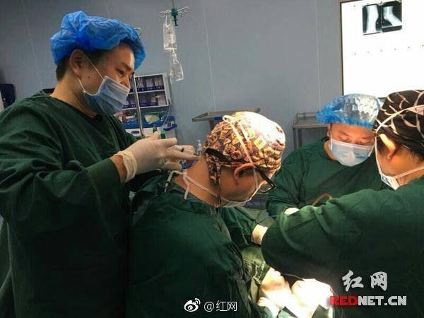 醫生有多偉大?超強醫師正在開刀時,同事醫師也正在幫他脖子「緊急治療」!