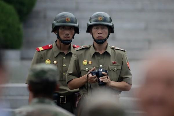 北韓沒醫生!小兵「勇闖38度線投奔南韓」遭掃40槍,中7槍手術時醫生嚇壞「北韓肚子裡都有蟲」